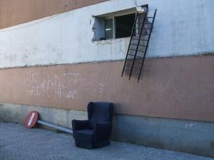 Por aqui entraron los ladrones. Arrancaron la reja con una señal de tráfico.