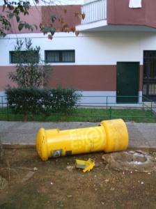 Estado en que quedó el buzón tras la explosión.