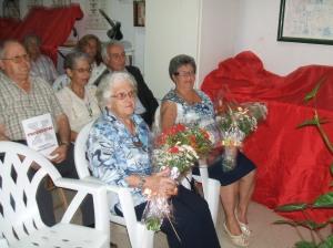 Las homenajeadas, con sus ramos de flores.