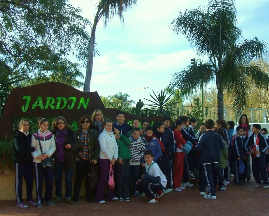 Los alumnos de colegio Cristóbal Colón en la entrada del Jardín Americano.