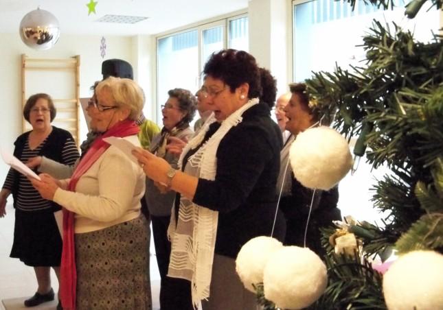 1.- Miembros de la Coordinadora de Mayores del Sur cantan villancicos a los ancianos del Centro Fundomar Bermejales