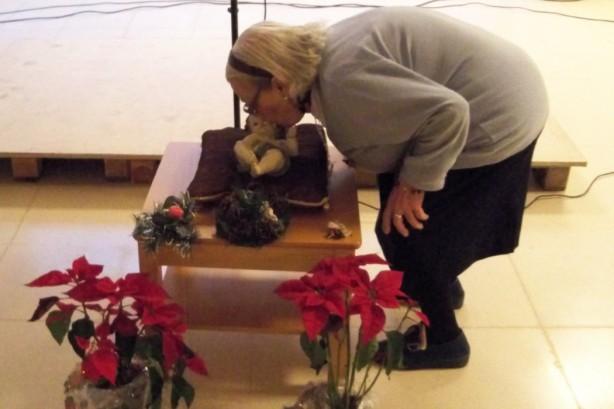2.- Residente besando la figura del Niño de Dios