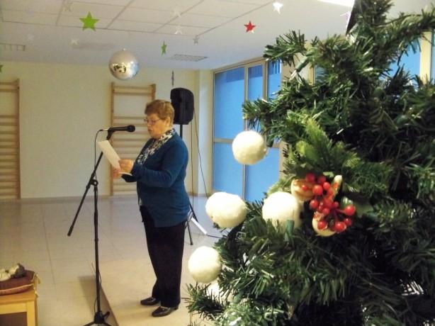 3.-Nuestra directiva Consuelo Hoyos leyendo el mensaje navideño de Amigos de los Jardines de la Oliva.
