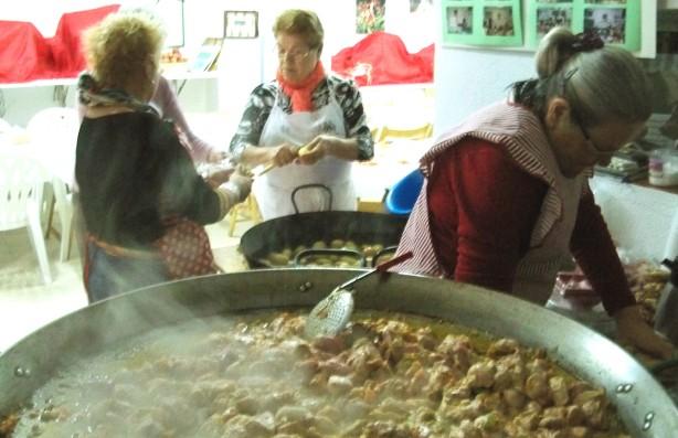 3.- Nuestras directivas preparando la comida de Navidad