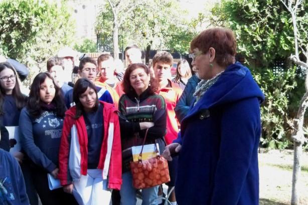 Flora Pacheco despidiendose de sus alumnos