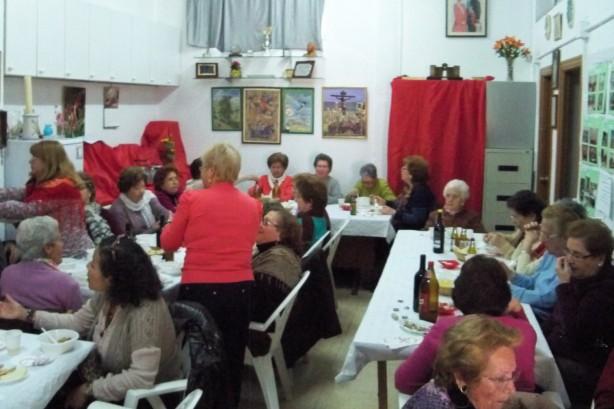 A pesar de las pequeñas dimensiones de nuestra sede social, 41 socios disfrutamos de las migas.
