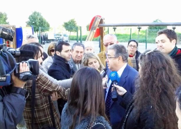 El alcalde Zoido atendiendo a los medios de comunicación.