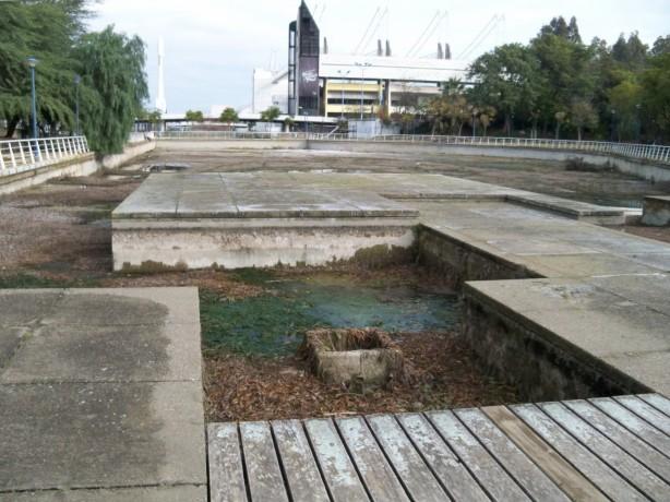 El estanque ya no tiene agua...sólo basura...