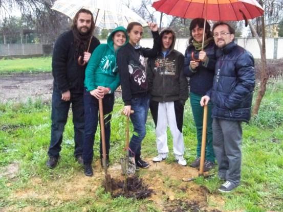 Profesores y alumno de 1º A posando después de plantar el lapacho rosado.