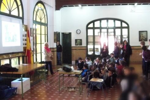 Los alumnos del colegio España preparados para atender la charla sobre los árboles ornamentales del Parque de María Luisa