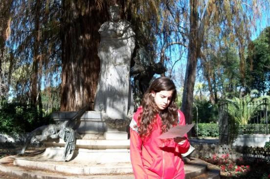 Alumna del I.E.S. Juan de Mairena recitando las rimas de Bácquer.