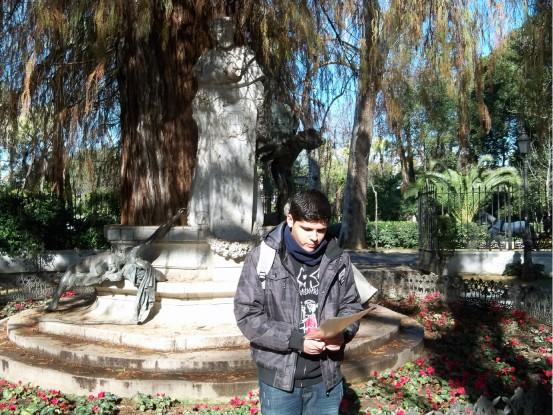 Alumno del I.E.S. Juan de Mairena recirando las rimas de Bécquer