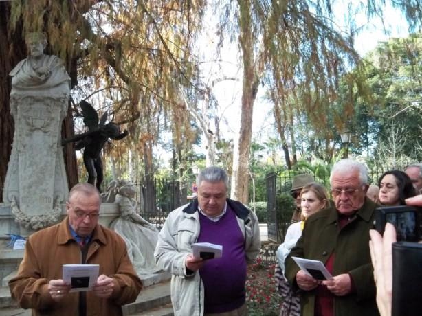 "Manolo Ferrer de la Hermandad de Santa Genoveva recitó el poema de Manuel Benítez Carrasco ""Dice el árbol""."