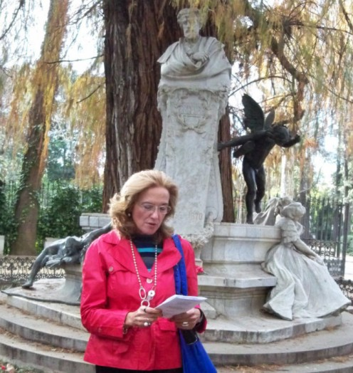 María Jesús, de la Asociación Amigos del Parque del Alamillo, recitando una rima de Bécquer.