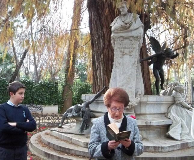 Reyes Cousinou, de la Asociación Amigos de los Jardines de la Oliva recitando una rima de Bécquer.