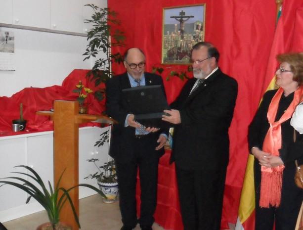 Jacinto Martínez haciendo entrega de la placa de recuerdo a nuestro pregonero Justo Francisco Carretero Sánchez