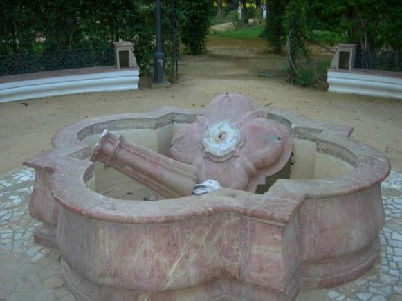 Hace tres años...Así dejaron la fuente rosada de la Glorieta dedicada a los Hermanos Machado.