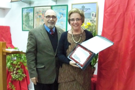 El presidente de Amigos de los Jardines le entrega la placa de reconocimiento a Patricia Giménez Nácher