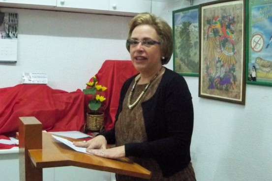 Patricia Giménez Nácher, Directora del Instituto Antonio Domínguez Ortiz, agradeciendo el reconocimiento al maestro otorgado por nuestra entidad