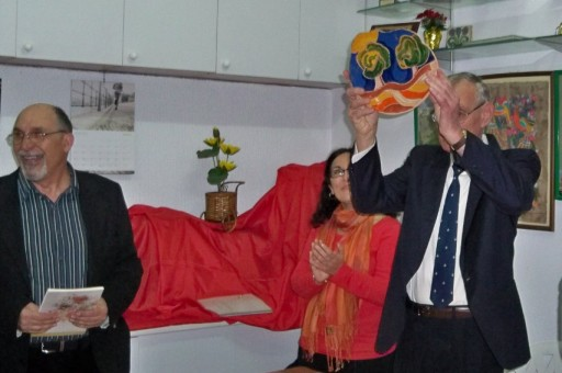 Alberto García Camaras muestra la placa de cerámica.