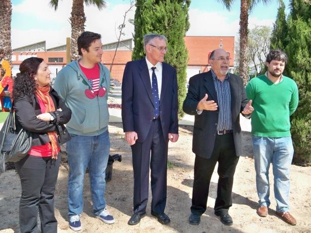 Alberto García Camarasa, acompañado de los concejales Eva Patricia Bueno y José Luis García Martín al comenzar el acto de la plantación