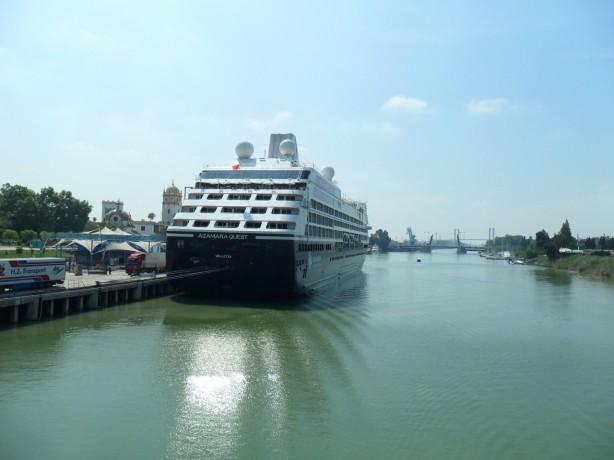 El crucero de lujo Azamara Guest en el puerto de Sevilla