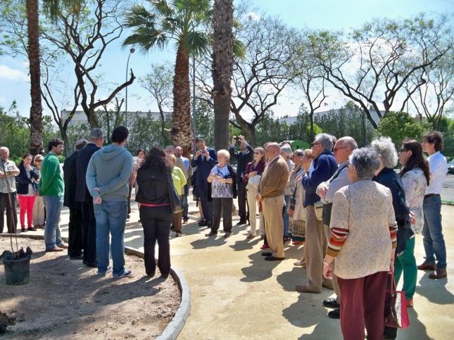 Plantación de una tara en el Jardín Alberto García Camarasa. Jacinto Martínez agradece la asistencia al acto.