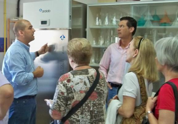 El catedrático Quesada, informádonos sobre las léneas de investigación de su Departamento de Ciencias y Recursos Agrícolas y Forestales.