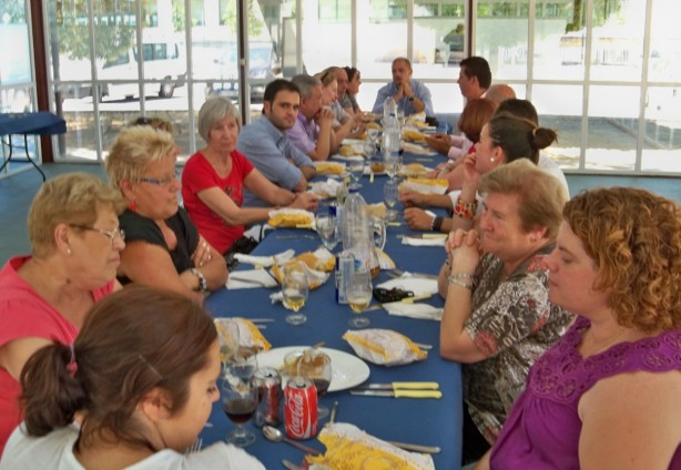 El equipo de investigación de la Universidad de Córdoba y los miembros de la Plataforma almorzando en el comedor universitario
