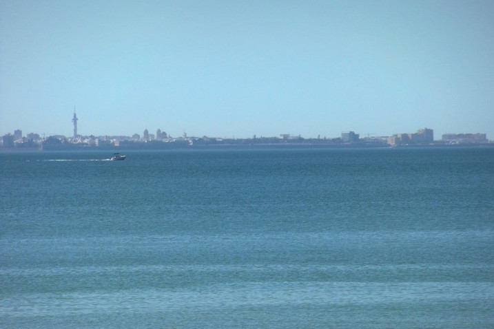El perfil de Cádiz desde la playa de Rota