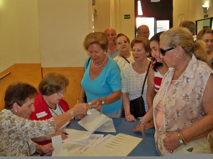 Los representantes de las entidades de mayores recibiendo las acrediración para participar en el acto.