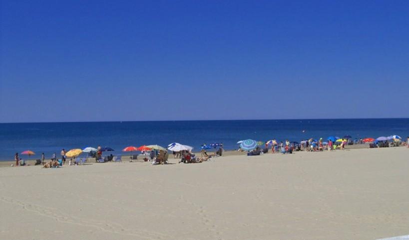 Playa de Rota. Fuimos los primeros en poner las sombrillas...
