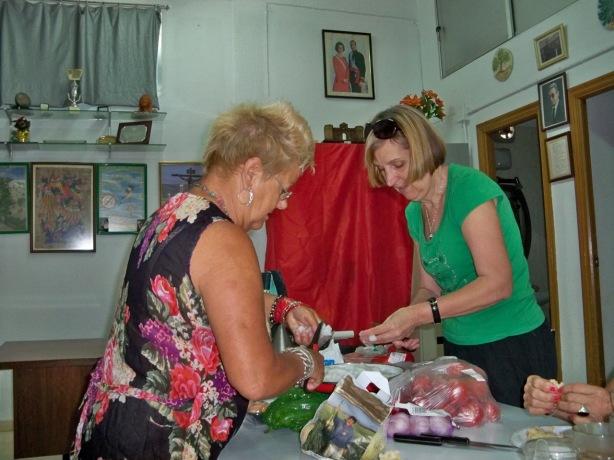 Preparando los ingredientes del gazpacho y la paella