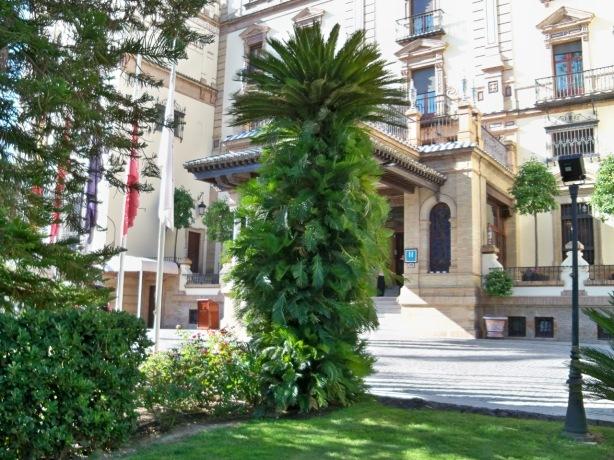 La cica más alta de Sevilla, situada en los jardines del Hotel Alfonso XIII