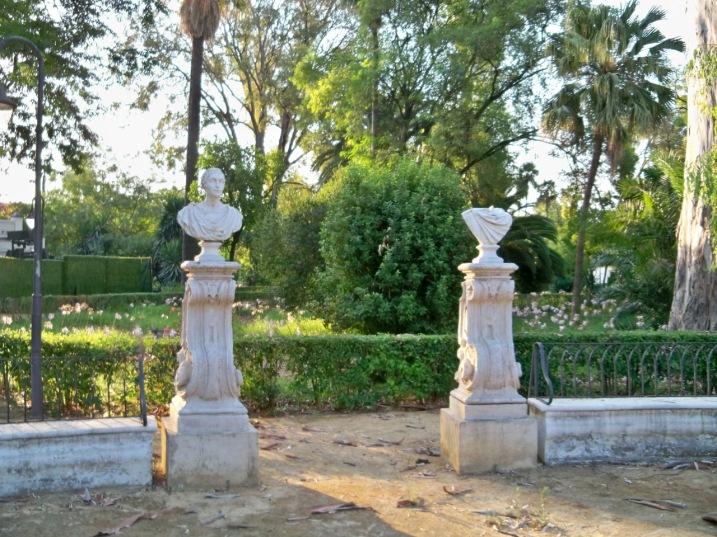 Busto decapitado en la Fuente de la Avda. del Líbano en los Jardines de las Delicias.