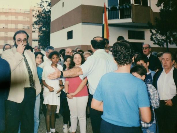 Don Jesús Nieto, entoces Director Provincial del AMA (Agencia de Medio Ambiente) y los alumnos del colegio Manuel Canela en la inauguración del vivero. 21 de 0ctubre de 1993.
