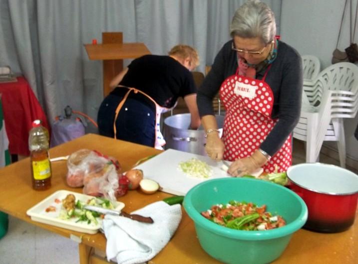 Preparando la comida bacalao con garbanzos y picadillo con atún.