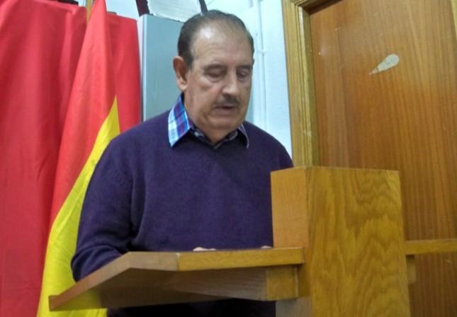 Carlos, recitando un poema al Oliveño del año 2013