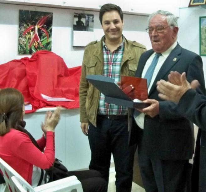 Juan Cano recibiendo la Placa de Oliveño del año 2013