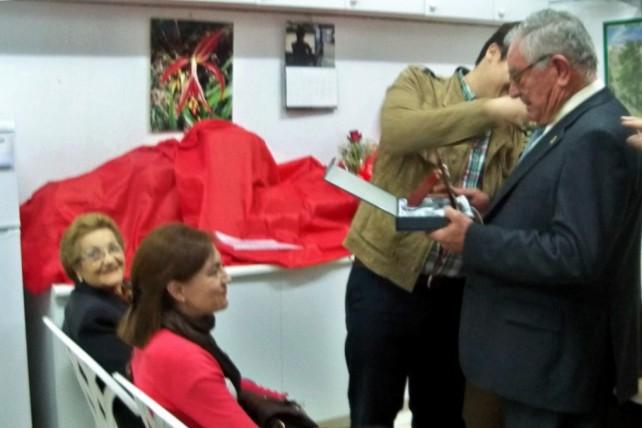 Juan Canto recibe la insignia de Socio de Honor