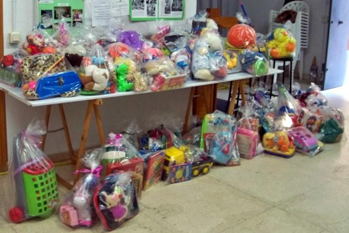 Las bolsas de juguetes dispuestas para su distribución.