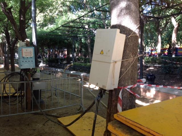 Caja de empalmes eléctricos en el tronco de los árboles