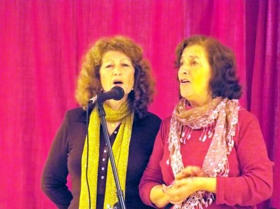Cati Rodríguez y Patri Chaves, improvisaron un dúo con canciones navideñas.