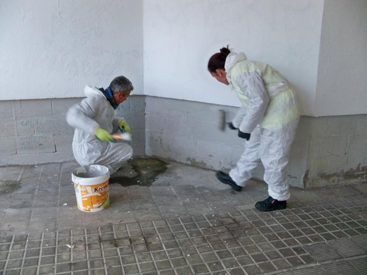 El P.A.C.A.S. continúa la limpieza de las paredes de la barriada Ntra. Sra. de la Oliva