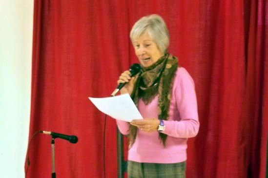 Esperanza Cousinou, recitando el poema navideño.
