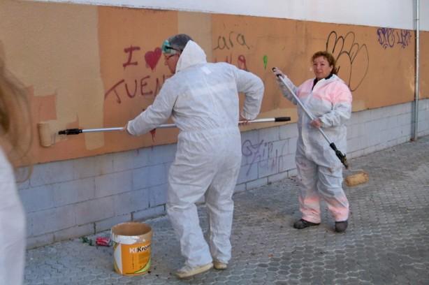 Operarios de LIPASAM y vecinos adecententaron las paredes de la barriada Ntra. Sra. de la Oliva el pasado día 29 de noviembre.