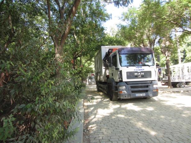Vehículos pesados por los paseos de albero