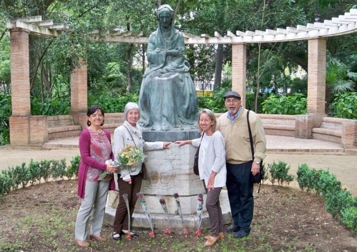 Los representantes de la Plataforma Ciudadana por los Parques, los Jardines y el Paisaje de Sevilla ante el monumento a la Infanta María Luisa.