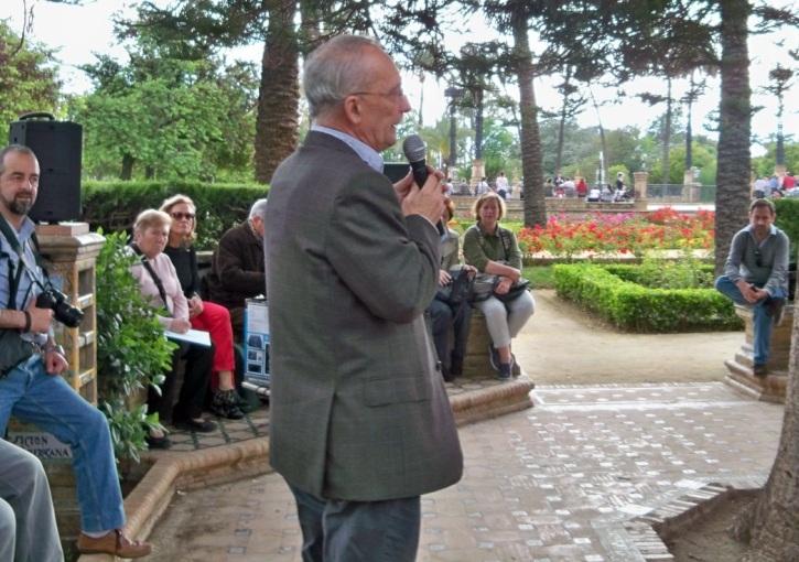 El profesor Francisco M. Pérez Carrera, explicando los detalles de la glorieta dedicada a Cervantes.