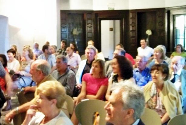 A pesar de la calor, 41ºC marcaba el termómetro de la Glorieta de Juan Sebastián Elcano, numerosos sevillanos se acercaron a la Fundación Valentín Madariaga para escuchar la conferencia.